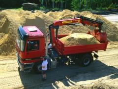 Mercedes Actros оснащенный Палфингером с оборудованием для погрузки песка